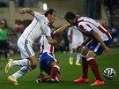 Gareth Bale z Realu Madrid proniká, do cesty se mu postavil Koke z Atlétika