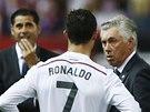 Cristiano Ronaldo debatuje s trenérem Realu Madrid Carlem Ancelottim ve finále