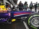 VÝJEZD Z BOXŮ. Daniel Ricciardo na okruhu v belgickém Spa.