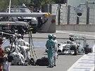 DO BOX�. Lewis Hamilton zaj�d� k mechanik�m s odepsanou pneumatikou ve Velk�