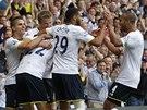 Fotbalisté Tottenhamu se radují z gólu.