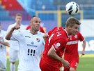 Brněnský obránce Jakub Jugas (v červeném) se snaží zastavit ostravský útok.