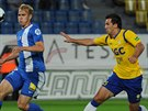 Teplický útočník Aidin Mahmutovič (vpravo) se marně snaží prodrat k míči v...