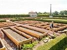 V nové zahradě na Kuksu se na více než stech záhoncích bude pěstovat zelenina a bylinky. Zahradou prochází kastelán Libor Švec (20.8.2014).