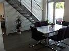 Dvoupodlažní loft nalákal majitele na světlý a moderní prostor.