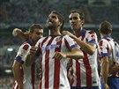 Raúl García (uprostřed) z Atlétika Madrid se raduje se spoluhráči z...