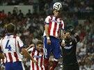 Mario Mandžukič z Atlétika Madrid odhlavičkovává míč do bezpečí.