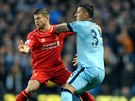 Liverpoolský Alberto Moreno (vlevo) v souboji se Stevanem Jovetičem z...