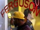 Muž sleduje protestní pochod za zastřeleného Michaela Browna v ulicích...