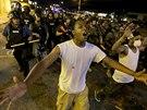 Úterní noční protesty ve Fergusonu se obešly bez násilí.