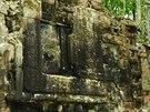 Průčelí vstupní brány mayského města Lagunita dominuje otevřená tlama nestvůry.
