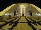 Trojský most nasvícený při zatěžkávací zkoušce ve středu 20. srpna 2014