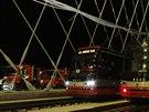P�i zat�k�vac� zkou�ce na Trojsk� most najelo 24 pln� nalo�en�ch n�kladn�ch...