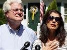 Diane a John Foleyovi před svými domem Rochesteru krátce po hovoru s...
