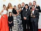 Herci a režisér seriálu Taková moderní rodinka  na předávání cen Emmy v Los...