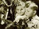 Vánoční pohlednice s motivem dětí u stromečku z 50.let 20.století.