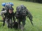 """Zraněného vojáka bylo nutné pod nepřátelskou """"palbou"""" odtáhnout do bezpečí."""