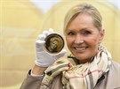 Helena Vondr��kov� p�zuje v �esk� mincovn� se s medail� se sv�m portr�tem.