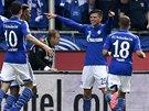 TO JSEM ALE BOREC, CO? Klaas-Jan Huntelaar (druhý zprava) ze Schalke oslavuje...