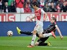 Marcell Jansen (vpravo) z Hamburku zkouší skluzem vybojovat míč, to nechce...