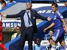 Kouč Chelsea José Mourinho gestikuluje během ligového utkání proti Leicesteru.