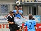 Mickael Tavares z Mladé Boleslavi (zády) bojuje o balón s Ladislavem Volešákem...