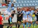Momentka ze zápasu Mladé Boleslavi (modrobílá) a Českých Budějovic