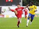 Petr Buchta z Brna (vlevo) a Ulrich Kapolongo z Teplic bojují o míč v ligovém...