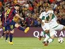PRVNÍ GÓL SEZONY. Barcelonský útočník Lionel Messi skóruje do brány Elche.