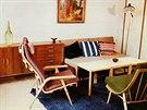 Obytný pokoj s rozkládací pohovkou, variabilními stolky a příborníkem. Autorkou...