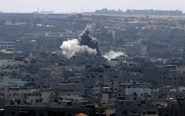 Kou� ve m�st� Gaza po izraelském úderu (26. srpna 2014).