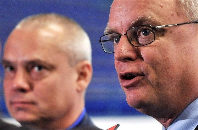 Generální sekretá� mezinárodní hokejové federace Horst Lichtner (vpravo)...