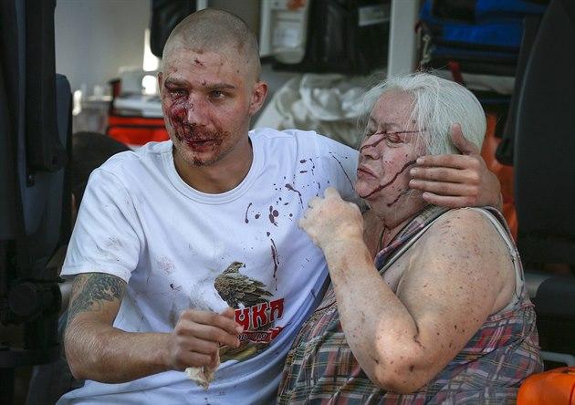Mu� a star�í �ena z Don�cku �ekají na o�et�ení v sanitce. Podle místních...