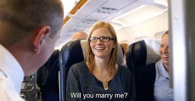 �Pro� nejsi v práci?� �ekla Marieke, kdy� vid�la svého p�ítele v letadle.