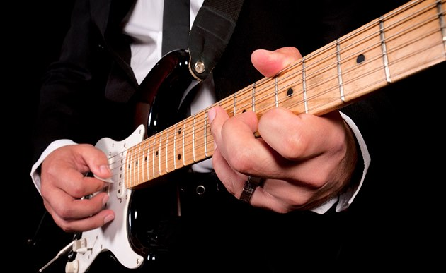 Hrá� na elektrickou kytaru (ilustra�ní snímek)