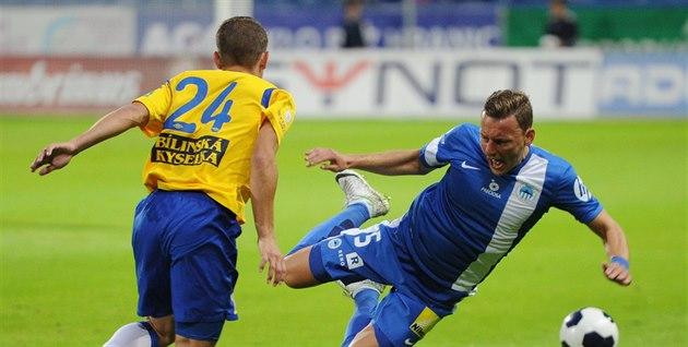 Liberecký obránce Vladimír Coufal padá v souboji s teplickým Janem Krobem.