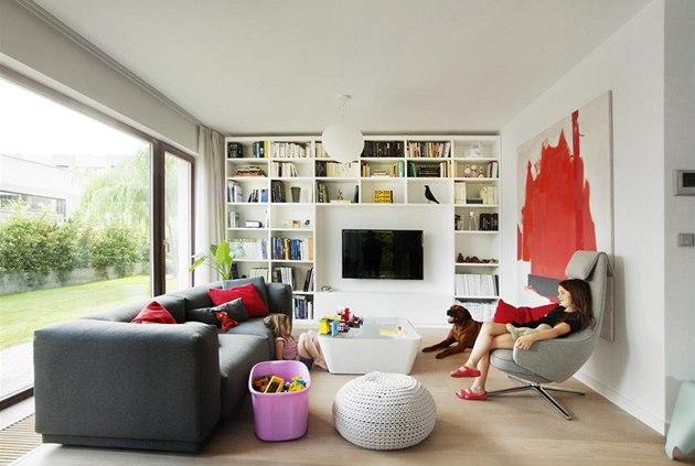 Obývací pokoj je za�ízen v neutrálních barvách. Pohodlná tmav� �edá pohovka je...