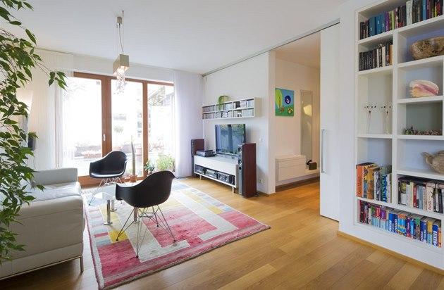 D�ev�ná prkenná podlaha dodává interiéru p�íjemný pocit tepla a útulnosti.