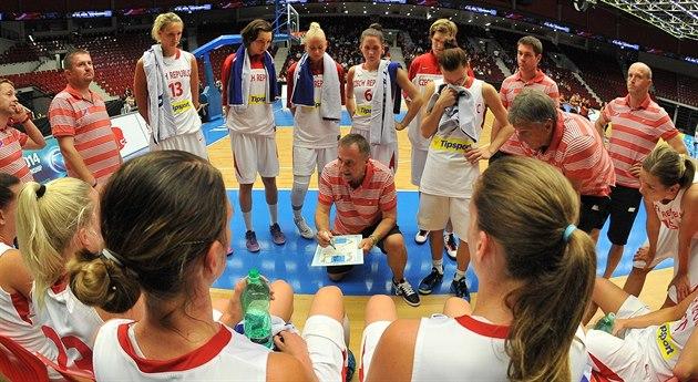 �eské reprezentantky naslouchají trenérovi Luboru Bla�kovi (uprost�ed).