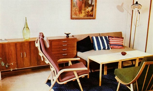 Obytný pokoj s rozkládací pohovkou, variabilními stolky a p�íborníkem. Autorkou...