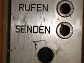 Přivolat - odeslat. U výtahu se dochoval i ovládací panel.