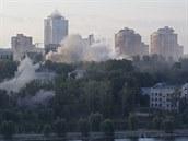 Nad obytnou čtvrť východukrajinského Doněcku stoupá kouř (24. srpna 2014).