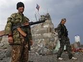 Proru�t� separatist� se proch�zej� u poni�en�ho pomn�ku na v�in�-Savur Mohyla,...
