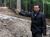 Zden�k �ernoch ukazuje na jednu z klopených zatá�ek Beskydských trail�. Domnívá...