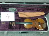Jedny ze sedmi houslí, které n�kdo p�ed rokem p�inesl do karvinské zastavárny....