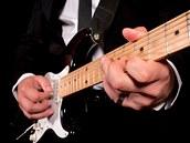 Hr�� na elektrickou kytaru (ilustra�n� sn�mek)