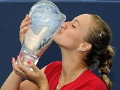 SLADKÝ POLIBEK. Petra Kvitová s trofejí pro vítězku turnaje v New Havenu.