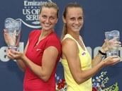 FINALISTKY S TROFEJEMI. Vítězná Petra Kvitová (vlevo) a Magdaléna Rybáriková po