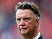 Louis Van Gaal sleduje své svěřence z Manchesteru United v utkání proti