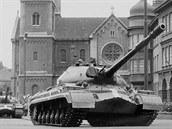 Ruské tanky v srpnu 1968 na Chodském náměstí v Plzni.